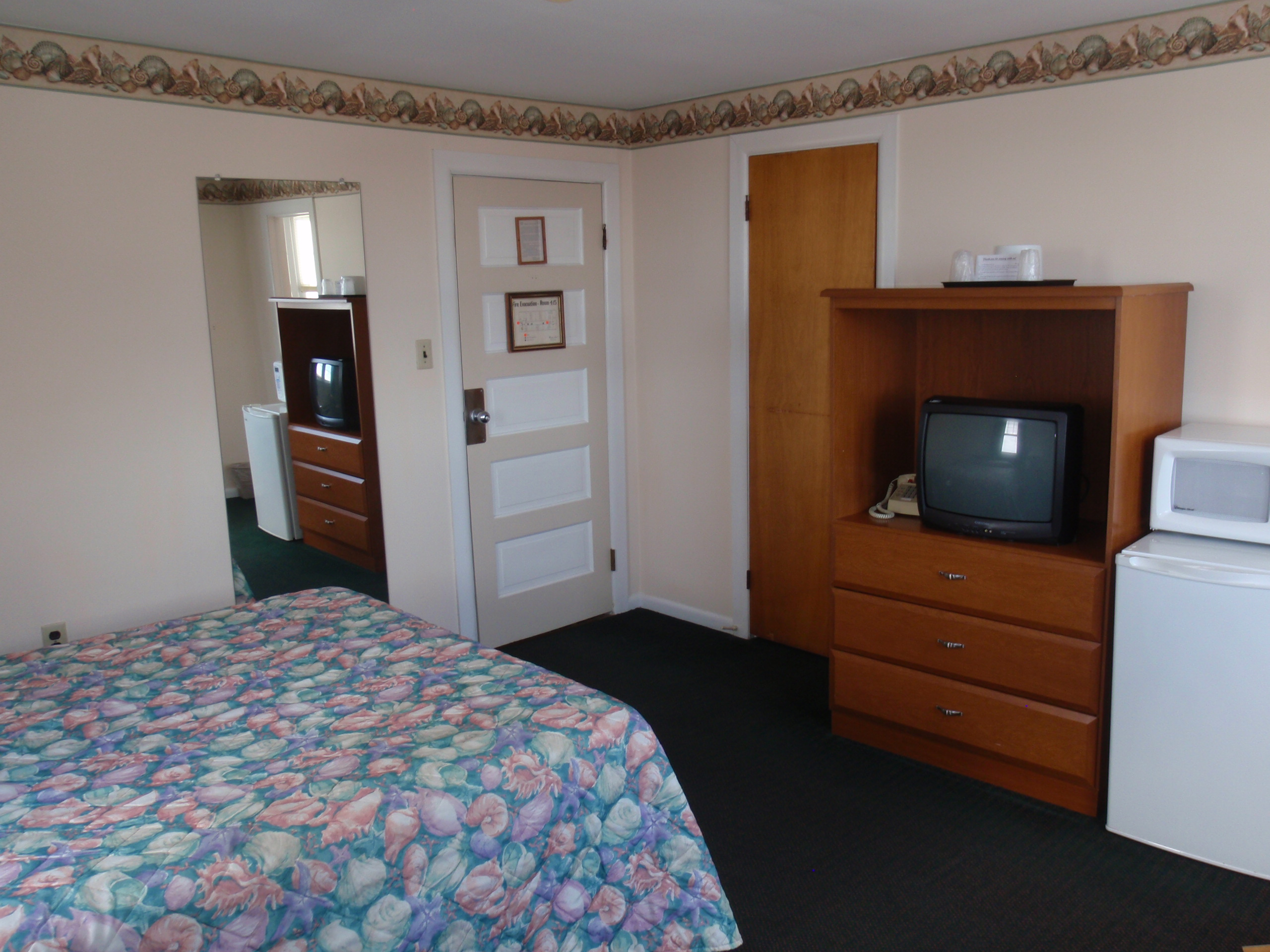 tv and kitchenette full size bed